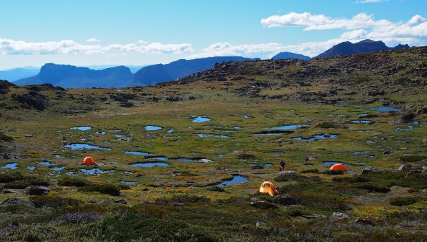 We're amazed with the bowl we find before us.. where shall we camp??! Too many choices. We select tarns on the far ridge to bathe in. So nice to feel clean :)!